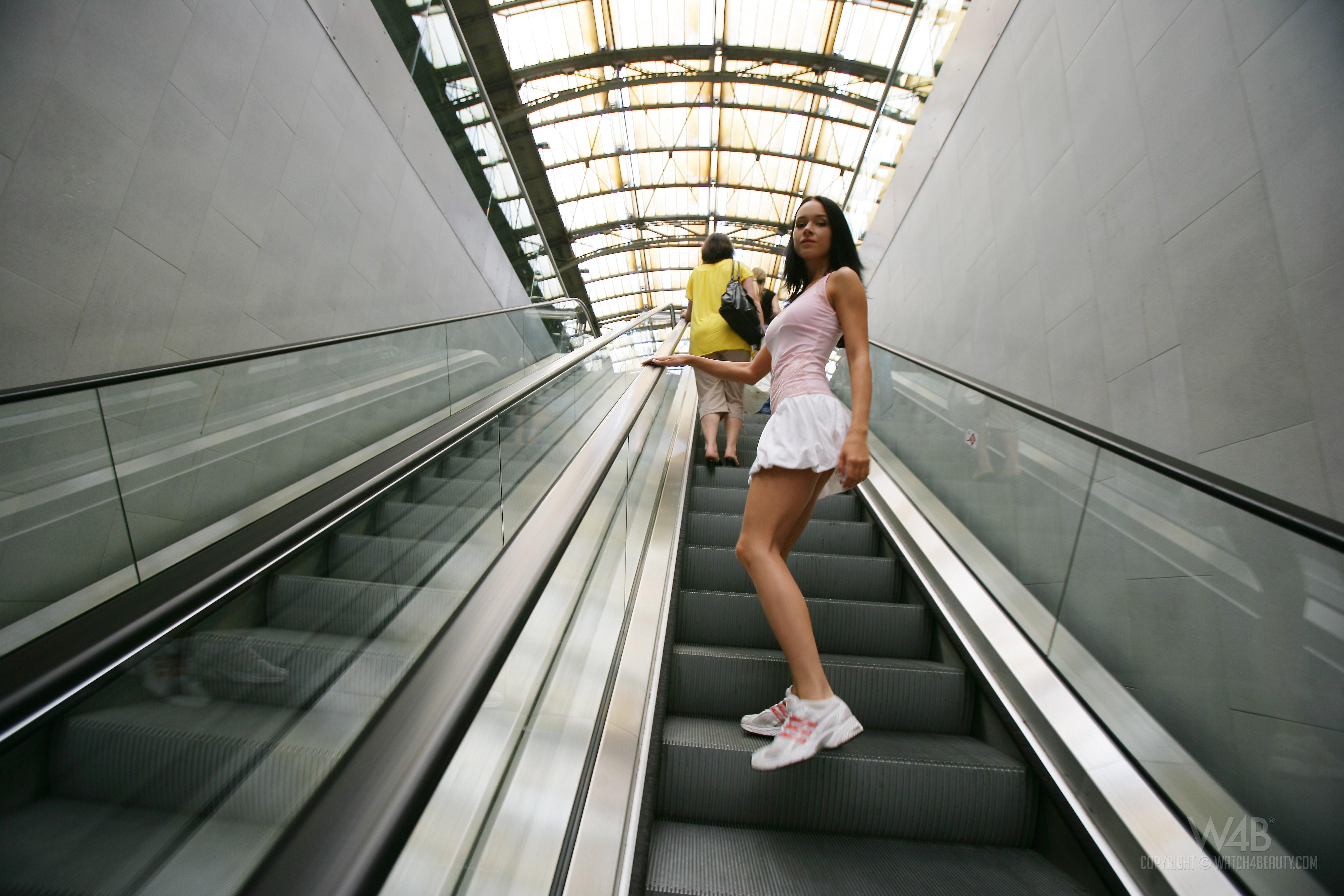 Фото девушек сидящих в метро 3 фотография