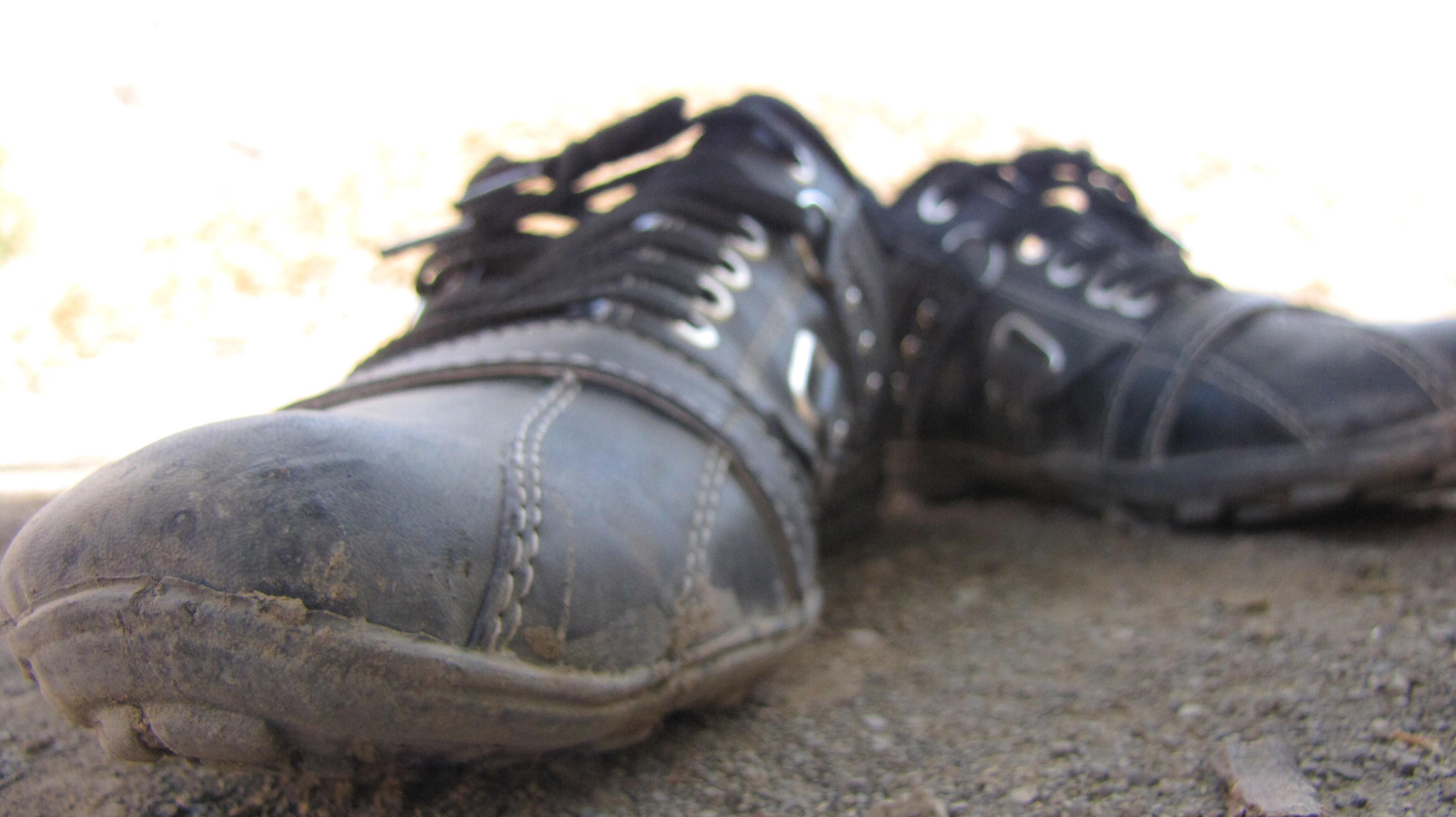 Лизать грязную обувь