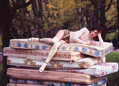 Milla Jovovich, mattress - random desktop wallpaper