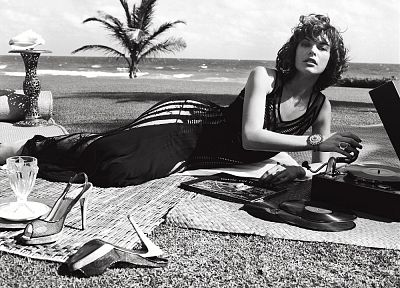 women, actress, retro, high heels, grayscale, monochrome, Milla Jovovich, beaches - desktop wallpaper