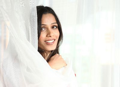 Freida Pinto - random desktop wallpaper