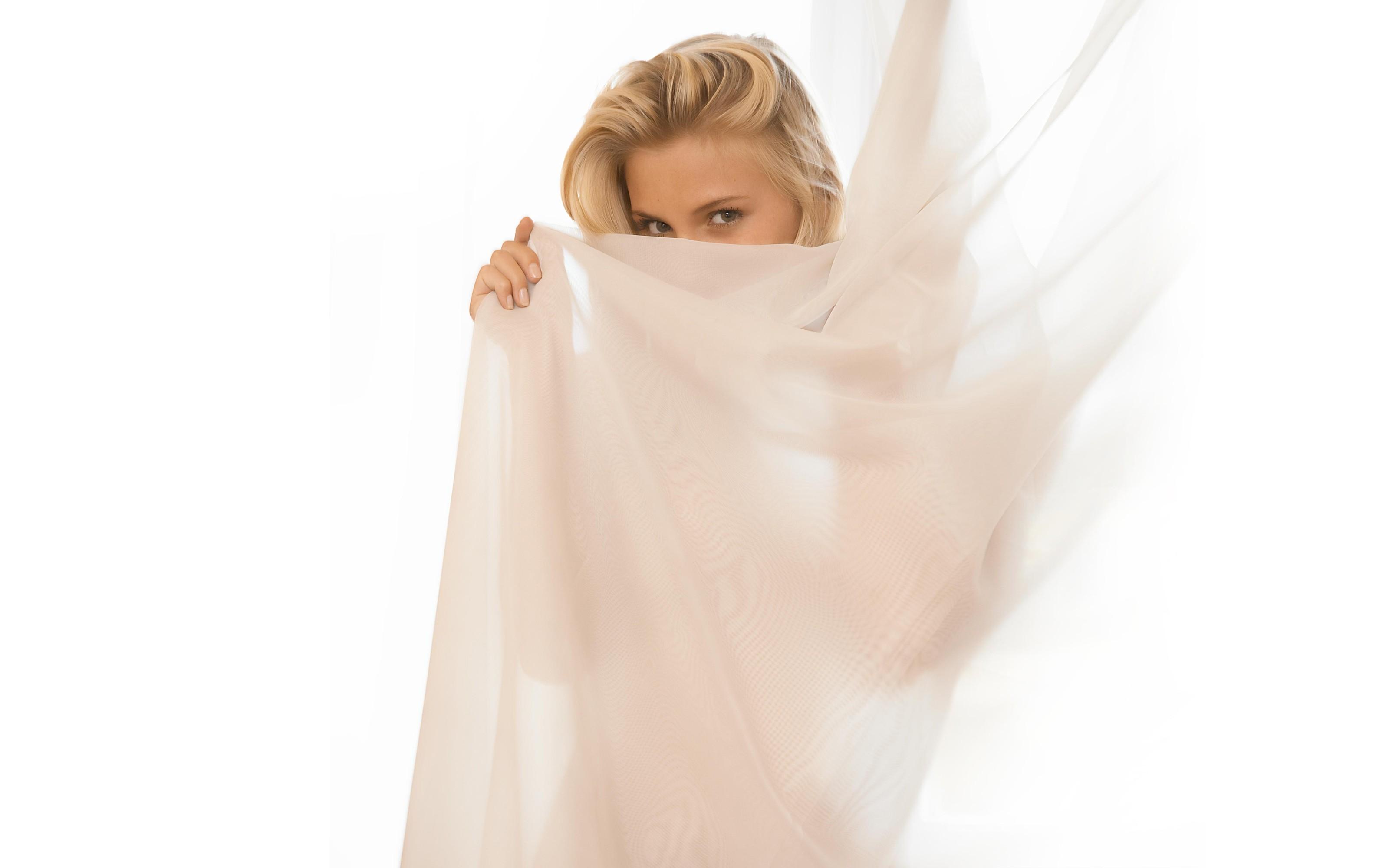 красивые девушки в прозрачной ткани девицы