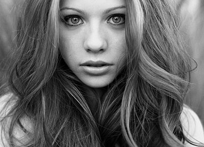 Michelle Trachtenberg, grayscale - desktop wallpaper